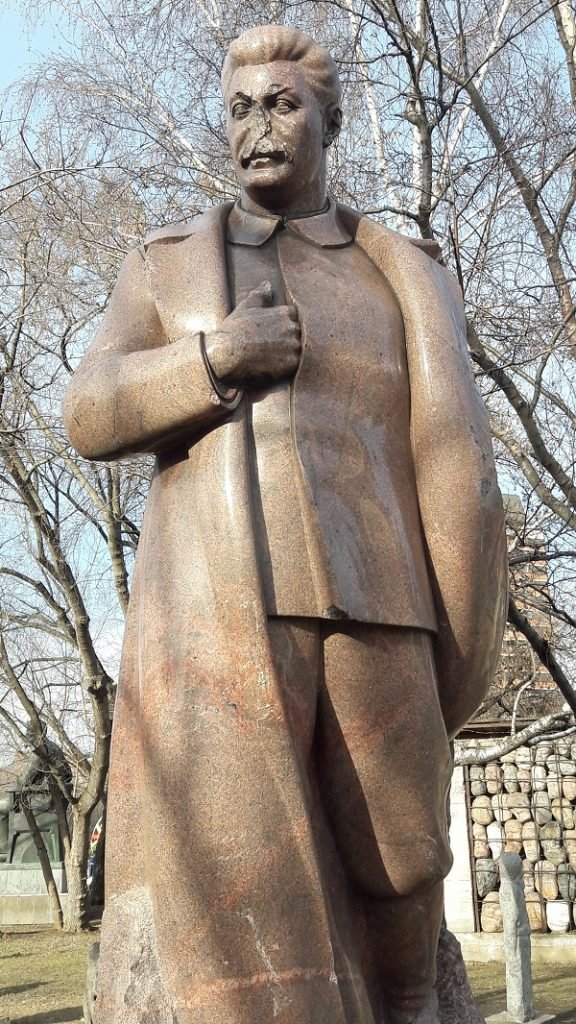 Estátua de Stálin com o nariz quebrado. Ela ficava na frente do Teatro Bolshoi (Foto: Fábio Aleixo)