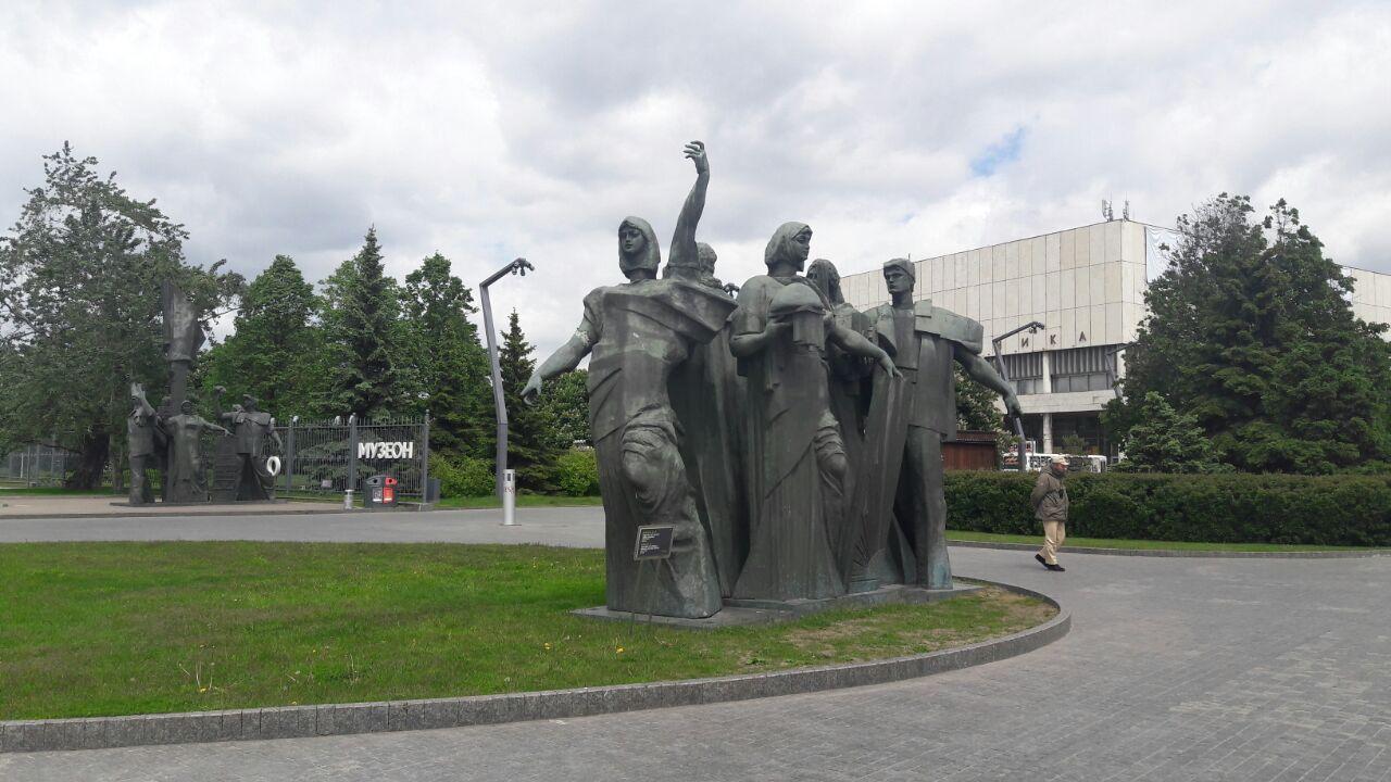 Monumento soviético em frente à entrada do Parque Muzeon (Foto: Fábio Aleixo)