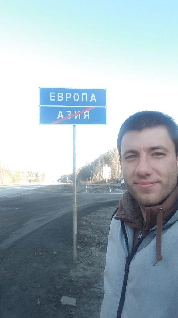 Placa que marca fim de um continente e início do outro é bom lugar para uma selfie (Foto: Fábio Aleixo)