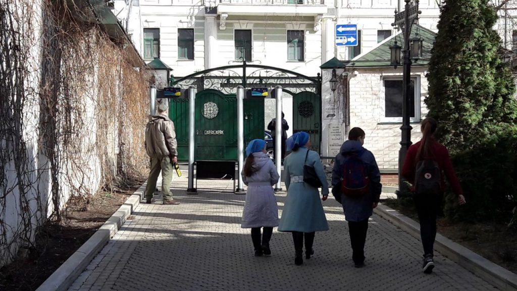 Detector de metal em entrada de monastério de Moscou (Foto: Fábio Aleixo)