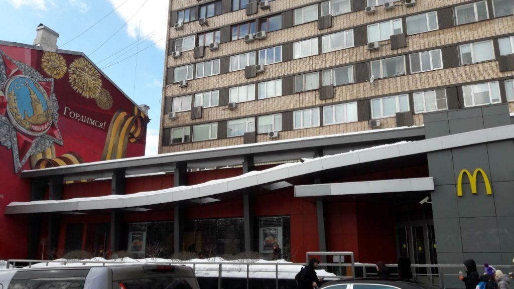 Primeiro McDonald's da Rússia funciona na praça Pushikinskaia (Foto: Fábio Aleixo)