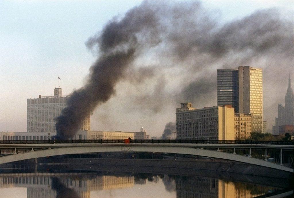 Imagem da Casa Branca pegando fogo em 1993 (Foto:REUTERS/Petr Josek)