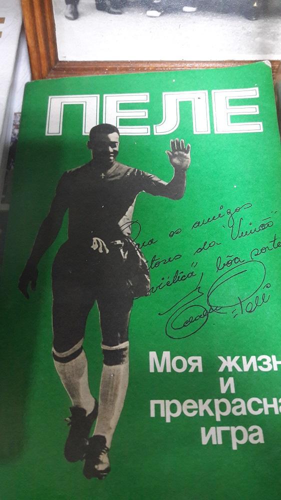 Livro em russo assinado por Pelé (Foto: Fábio Aleixo)