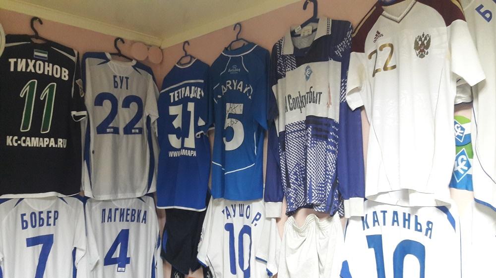 Camisas do Krilia Sovetov e da seleção russa (Foto: Fábio Aleixo)