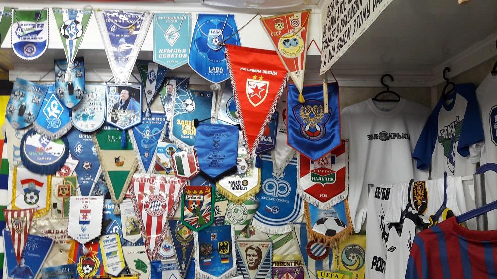 Flâmulas de diversos times no museu (Foto: Fábio Aleixo)