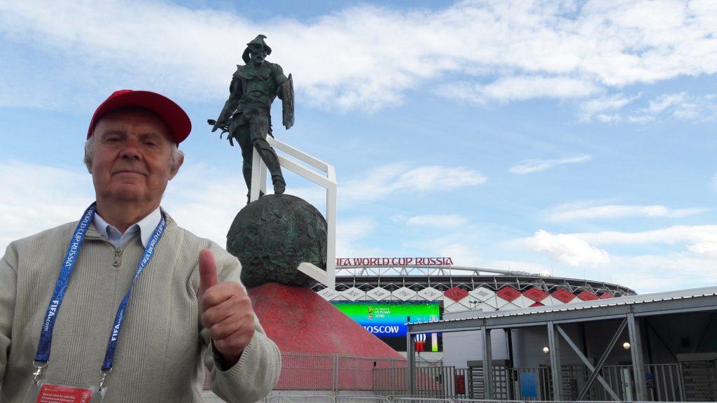 Stiopin com o gladiador símbolo do Spartak ao fundo (Foto: Fábio Aleixo)