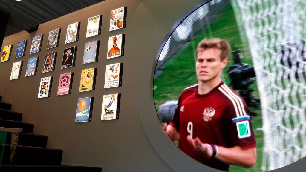 Pôsteres de todas as Copas em parede de museu (Foto: Fábio Aleixo)