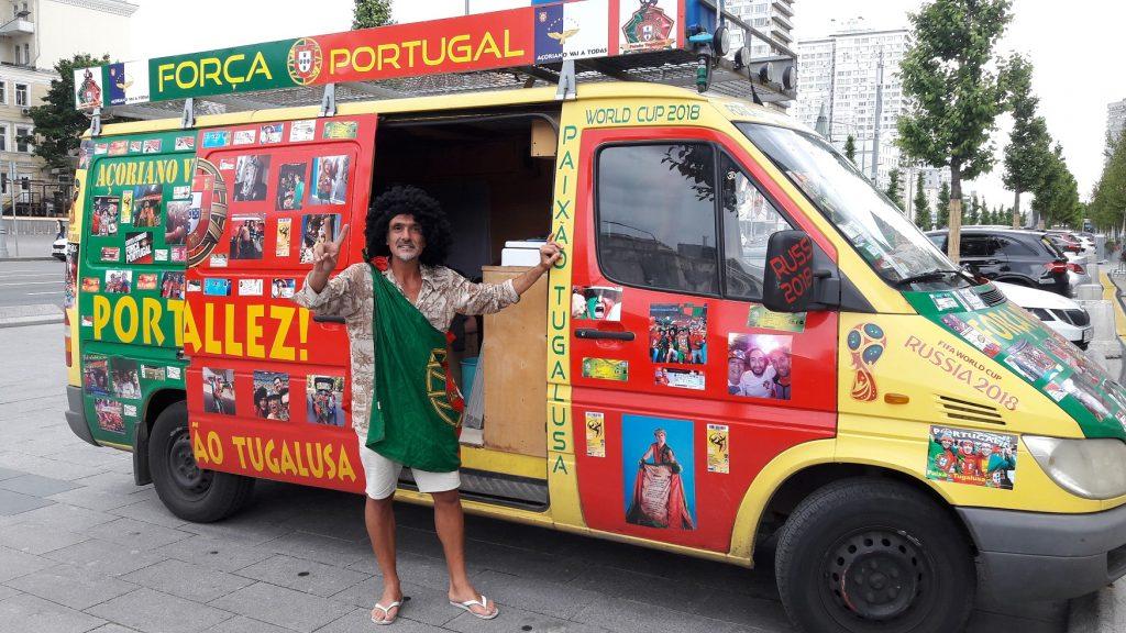 Pedro Lubito ao lado da van (Foto: Fábio Aleixo)