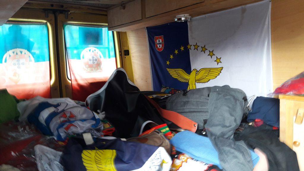 Interior da van na qual viajam os portugueses (Foto: Fábio Aleixo)