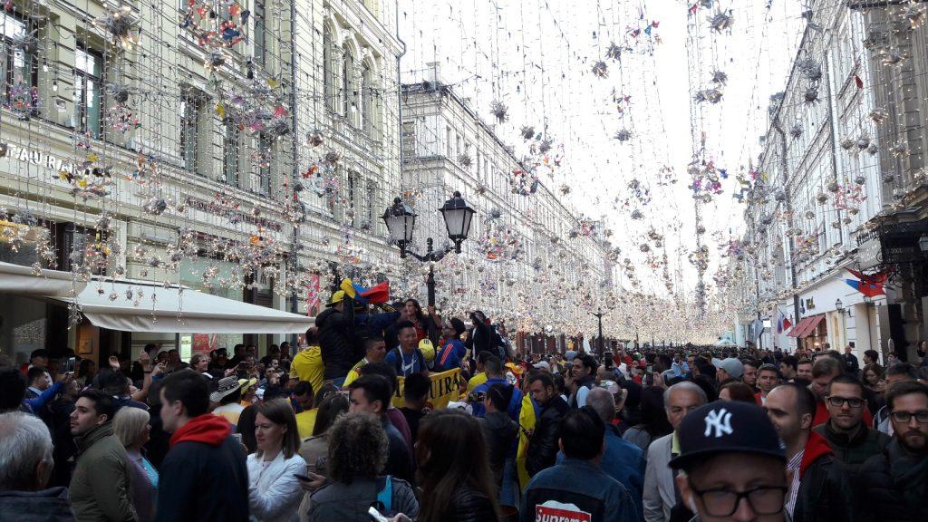Multidão a se perder de vista na rua Nikolskaya (Foto: Fábio Aleixo)