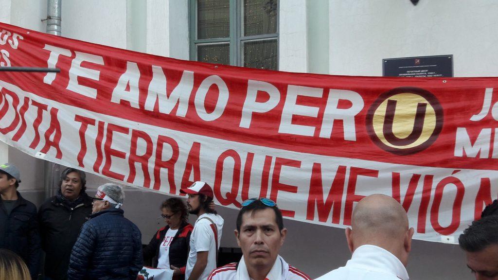 Faixa de apoio ao Peru (Foto: Fábio Aleixo)
