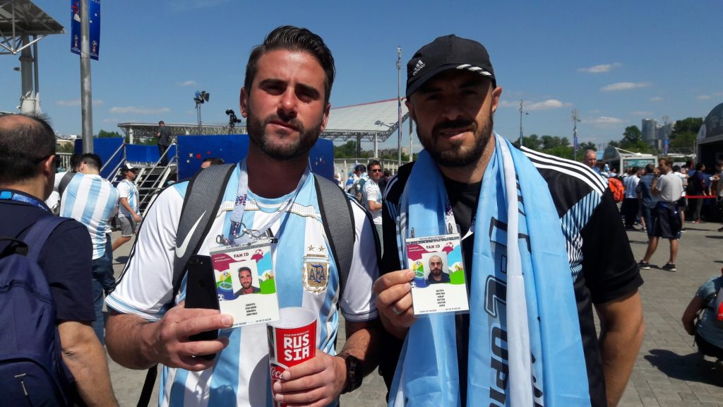 Argentinos exibem com felicidade o documento (Foto: Fábio Aleixo)
