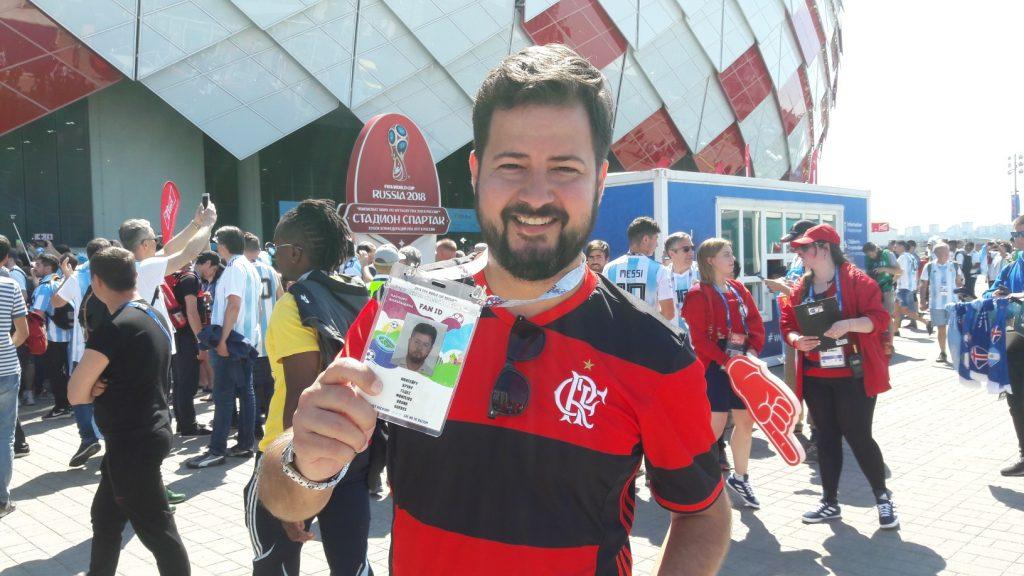 Brasileiro Bruno Monteiro exibe sua Fan ID antes do duelo entre Argentina e Islândia (Foto: Fábio Aleixo)